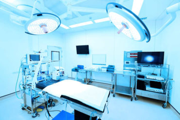 Operating theatre using af-zoom cameras for long-reach video transmission